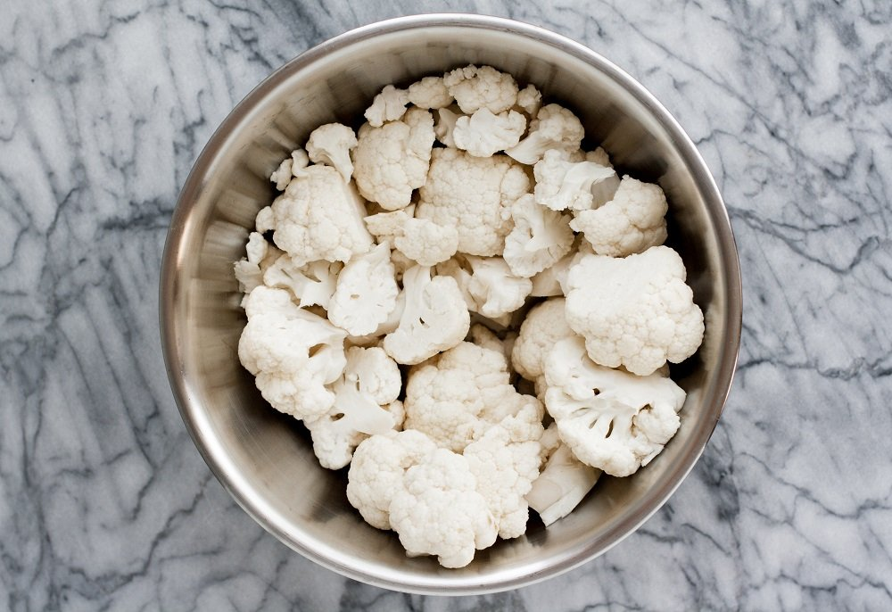 cauliflower-florets-in-stainless-steel-bowl-on-marble-board
