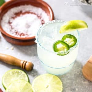 spicy low carb margarita with lime slices and salt